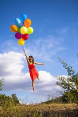 USA, Texas, junge Frau mit Ballons fliegen