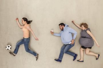 Frauen und Mann laufen