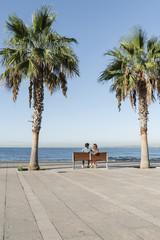 Spanien, Paar sitzt auf der Bank