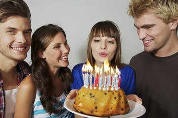 Deutschland, Berlin, Gruppe von Jugendlichen feiern Geburtstag