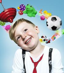 Kleiner Junge mit Spielzeug fliegen um seinen Kopf, Composite