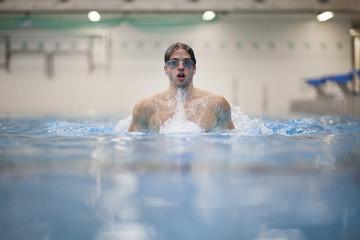 Brustschwimmerim Hallenbad