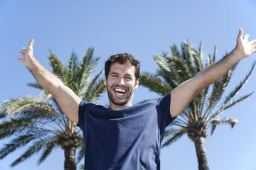 Spanien, Mann vorgibt gegen Palme fliegen