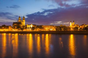 Deutschland, Magdeburg, Stadtansicht mit Elbe, Kloster und Kathedrale in der Dämmerung
