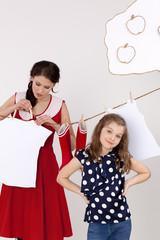 Mutter und Tochter hängen auf Wäsche