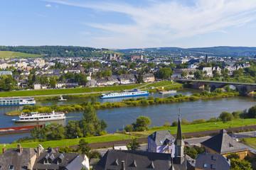 Deutschland, Rheinland-Pfalz, Trier, Ausflugsschiff in Mosel mit Stadtbild