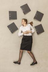 Geschäftsfrau, die um Aktenordner stehen