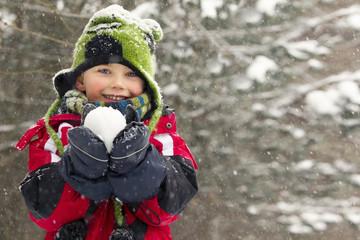 Deutschland, München, Kleiner Junge, hält Schneeball