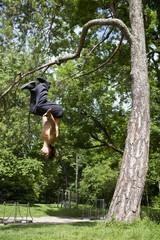Deutschland, Bayern, Junger Mann, Parcour Training im Park