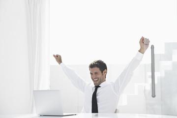 Spanien, Geschäftsmann aufgeregt, während Sie auf Laptop schaut