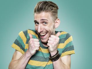 Portrait eines glücklichen jungen Mann mit Daumen hoch