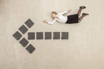 Geschäftsfrau oben genannten Aktenordner fliegenden Pfeil-Zeichen bilden