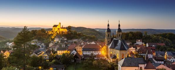 Deutschland, Bayern, Ansicht der Basilika Gößweinstein und Schloss bei Nacht