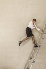 Geschäftsfrau Aufstiegsleiter im Büro
