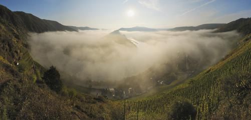 Deutschland, Rheinland -Pfalz, Nebel im Tal der Mosel -Schleife bei Sonnenaufgang