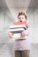Deutschland, Brandenburg, Junge hält Stapel Bücher