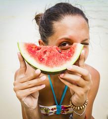 Thailand, Koh Surin Insel, Frau hält ein Stück Wassermelone in der Hand am Strand