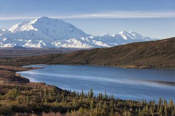 USA, Alaska, Blick auf den Mount McKinley und Reflexion von Wonder Lake im Denali-Nationalpark