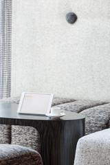 Polen, Warschau, Mini- Tablet und Espresso-Tasse in der Lounge des Hotels