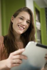 Deutschland, München, junge Frau mit Tablet PC