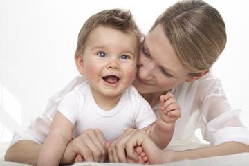 Lächelnd kleiner Junge und seine Mutter