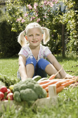 Deutschland, Bayern, Mädchen im Gemüsegarten