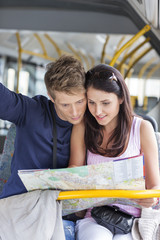 Polen, Warschau, Junges Paar lesen Stadtkarte