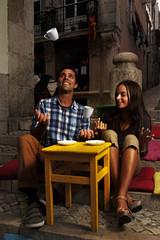 Portugal, Lissabon, Bairro Alto, junge Paar sitzt am Straßencafé in der Abenddämmerung