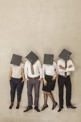 Geschäftsleute mit überdachter Kopf nach Ordnern