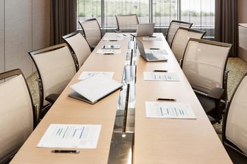 Polen, Warschau, Papiere und Laptop auf Konferenztisch im Hotel