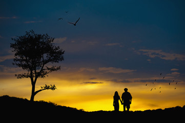 Paar in Liebe auf den romantischen Landschaft