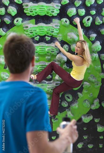 Deutschland, Bayern, München, Junger Mann, der Frau beim klettern