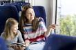 Mutter und Tochter Lesen Buch in einem Zug