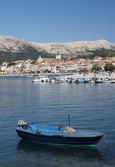 Kroatien, Boot in der Adria auf der Insel Krk Baska mit Stadt im Hintergrund