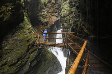 Österreich, Kärnten, Seniorin, steht an Holzbrücke der Raggaschlucht