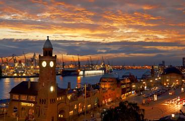 Deutschland, Hamburg, St. Pauli mit Hafen am Abend