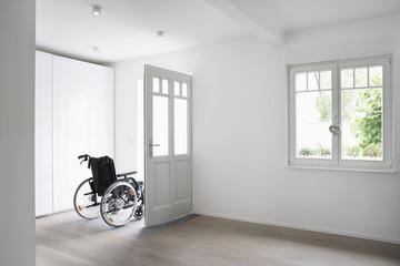 Deutschland, Köln, Rollstuhl im leeren Raum