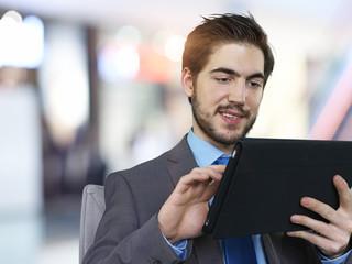 Geschäftsmann mit Tablet-Computer