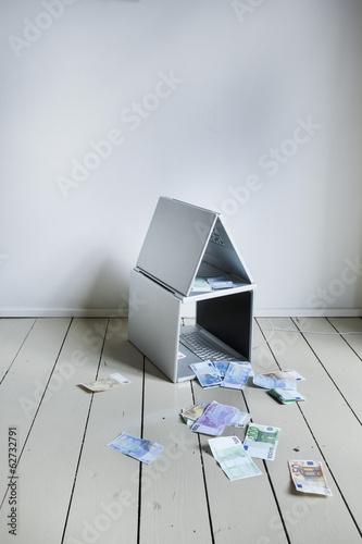 Laptop Haus mit Währungen
