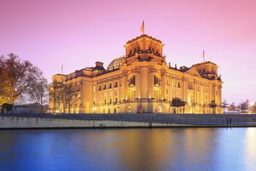 Deutschland, Berlin, Ansicht des Reichstagsgebäudes am Abend