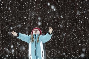Österreich, Mädchen versucht, Schneeflocken zu fangen