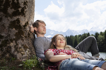 Deutschland, Paar unter Baum entspannen