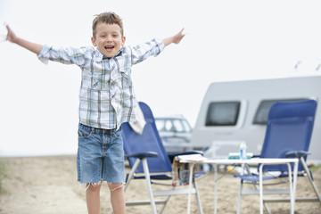 Spanien, Junge, Spaß beim Camping