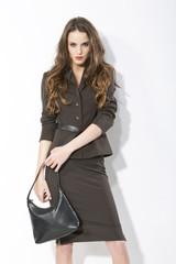 Porträt der jungen Geschäftsfrau mit Handtasche