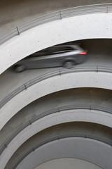 Deutschland, Baden-Württemberg, Stuttgart, Blick auf Auto im Parkhaus