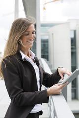 Deutschland, Berlin, Geschäftsfrau mit Tablet PC