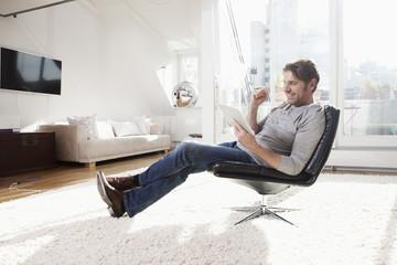 Deutschland, München, Mann mit Tablet PC