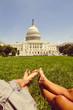USA, Washington DC, Paar entspannt auf der Wiese vor dem Capitol
