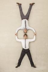 Geschäftsleute mit Kopf -an-Kopf -Position und hält die Hände