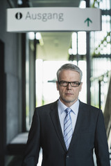 Deutschland, Stuttgart, Geschäftsmann, stehen im Bürogebäude
